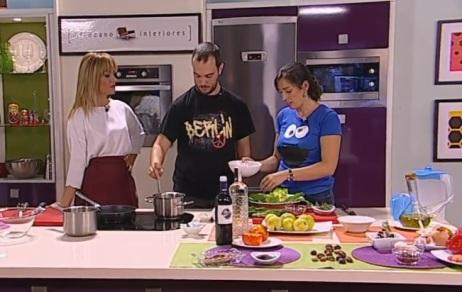 Raquel, Sergio y Carmen, cocinando.